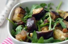 Padlizsános rukkola saláta