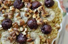 Forró quinoa reggeli banánnal és meggyel