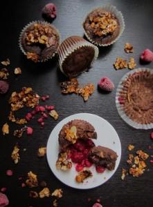 Málnás mandulás gluténmentes brownie, muffinformában sütve