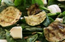 Zöldsaláta grillezett cukkinivel - gluténmentes villámrecept