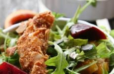 Mandulabundában sült csirkecsíkok friss vitaminsalátával - tápanyagdús gluténmentes főétel
