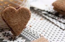 Gluténmentes mogyorós  kekszek házi gyümölcslekvárral - finomított cukor nélkül!