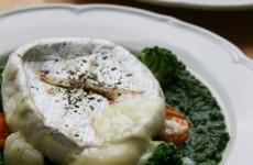 Grillezett camembert hajdinás spenótágyon