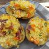 Zöldségekkel és a sonkával töltött burgonya