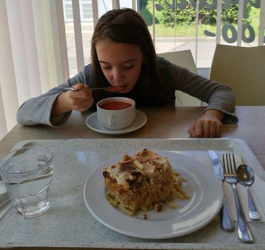 Sára a Szederinda gluténmentes önkiszolgáló étteremben Paradicsom leves, rakott zöldbab