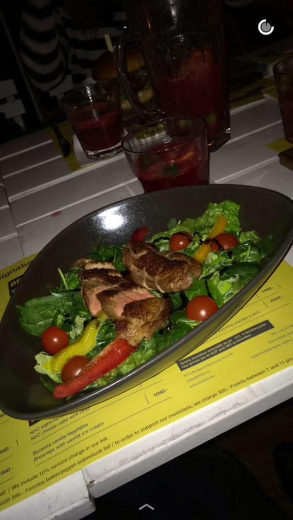 grillezett kacsa salátával